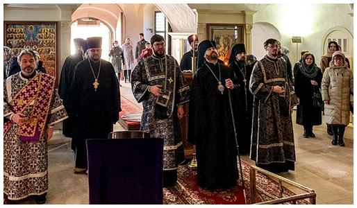 Епископ Павлово-Посадский Фома совершил Божественную литургию Преждеосвященных Даров в храме Покрова в Филях